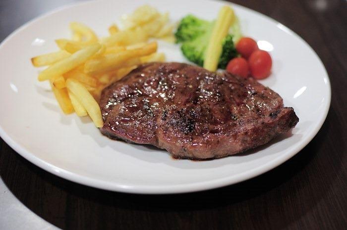 [食記]新莊黑傑克原味碳烤牛排,肉質Q彈配蒜片口味更棒