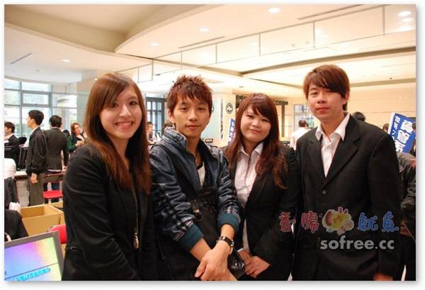 照片內為這組成員,左起第一位是林怡君、我同學(就是他提供本文的活動照片)、林依柔、鐘柏鈞-組長